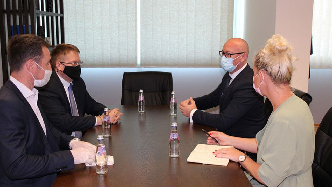 Ракић са британским амбасадрором